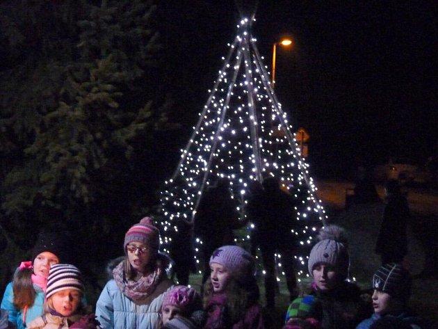 Originální vánoční strom se tyčí vLazníčkách na Přerovsku. Je šikovným dílem místních zastupitelů.