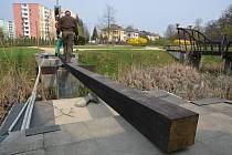 Instalace dřevěných mostků v přerovském parku Michalov. Nahradí původní, které už byly v havarijním stavu.