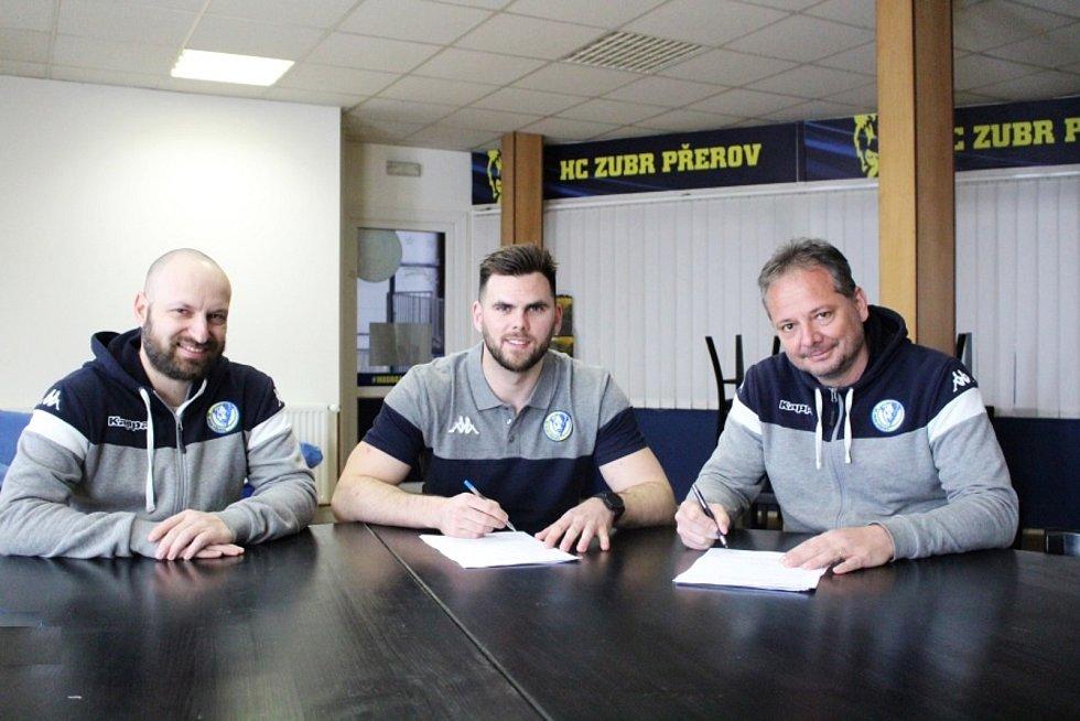Zleva sportovní manažer Pavel Hanák, Jakub Herman a jednatel HC Zubr Přerov Tomáš Pluháček.
