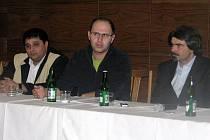 Milan Gábor, Pavel Šaradín, Martin Navrátil (moderátor diskuze z Agentury pro sociální začleňování) na debatě o soužití s Romy