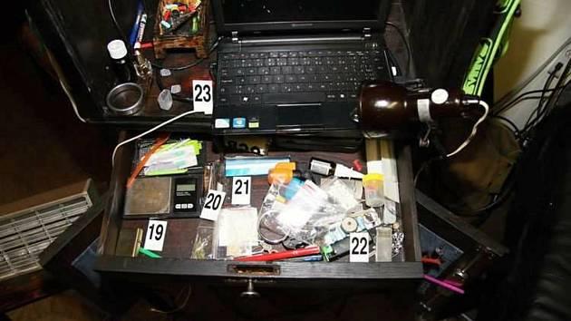 Věci a drogy, které zajistili kriminalisté při domovní prohlídce u pachatele z Lipnicka. Muž prodával pervitin a marihuanu uživatelům na Přerovsku.