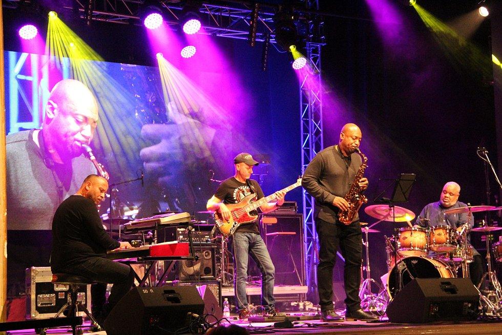 Slovenského basistu Juraje Grigláka doprovodili bubeník Poogie Bell, saxofonista Chris Hemingway a klávesista Eugen Vizváry