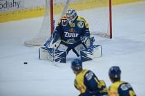Hokejisté Přerova (v modrém) proti Vrchlabí. Hrálo se poprvé před prázdnými tribunami. Ondřej Kacetl