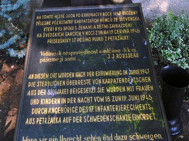 Památník obětem masakru na Švédských šancích na přerovském hřbitově