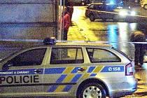 Policie zasahuje před přerovským barem Lumír, kde výstřel strážníka usmrtil mladého muže.