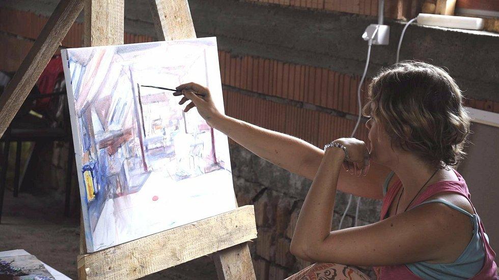 Mladá přerovská výtvarnice Anna Sypěnová - její královskou disciplínou je portrét.