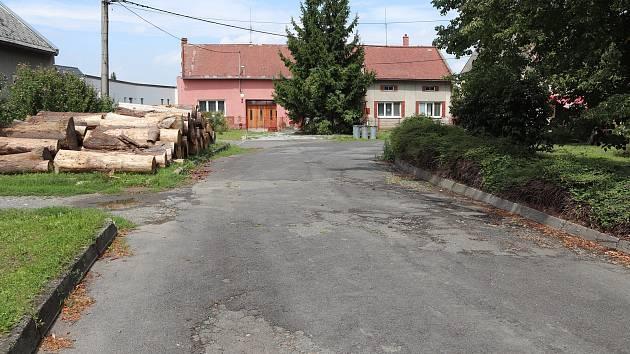 Poničenou silnici v Lověšicích u Přerova čeká oprava
