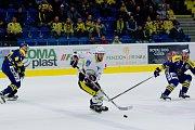 Hokejisté Přerova (v modrém) proti Kadani (2:1).