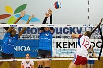 Přerovské volejbalistky (v modré) prot VK Fénix Brno