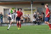 Fotbalisté Želatovic (v bílořerné) proti béčku HFK Olomouc