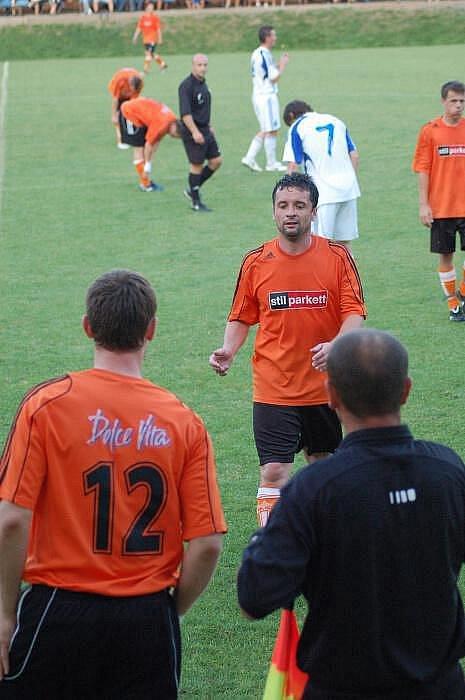 Kozlovice (v oranžovém) proti Dolanům