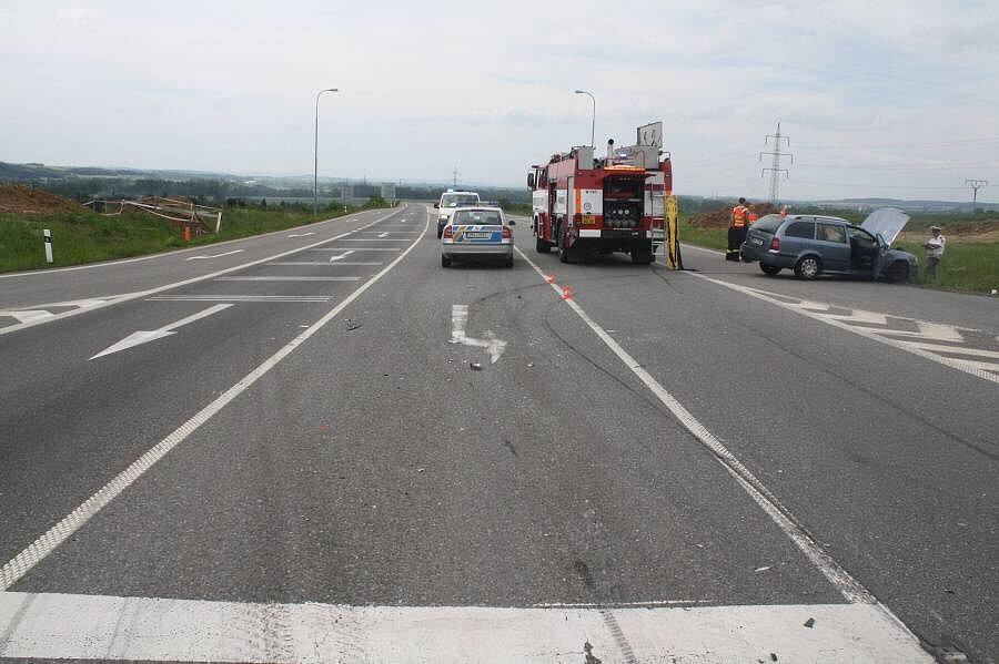 Vážná nehoda na křižovatce Na Horecku u Lipníka nad Bečvou, při které se těžce zranila 26letá řidička