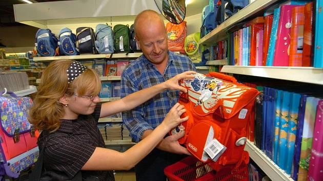 Odolat dětskému vábení při nákupech před začátkem školy bývá pro rodiče těžké.