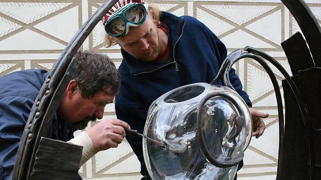 Osazení skleněné nádoby na plastice In aqua aequitas II, která nově zdobí nádvoří lipnického zámku.