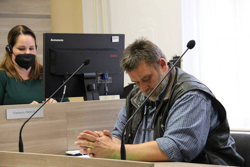 Farmář Petr Graca, obžalovaný z týrání zvířat na farmě Kozí Hrádek u Hustopečí nad Bečvou, u okresního soudu v Přerově. 7. října 2021