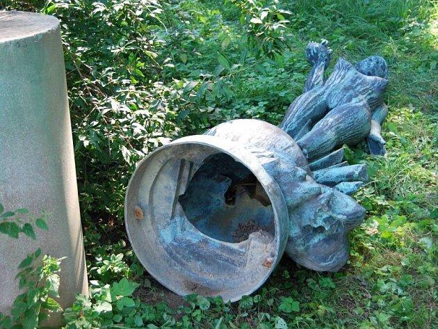 Socha, pro kterou se v Přerově vžil název Světluška, se zřítila k zemi