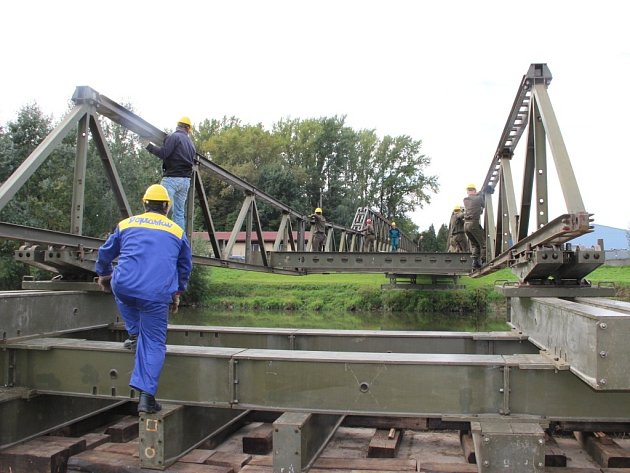 Vysouvání mostu přes řeku Moravu
