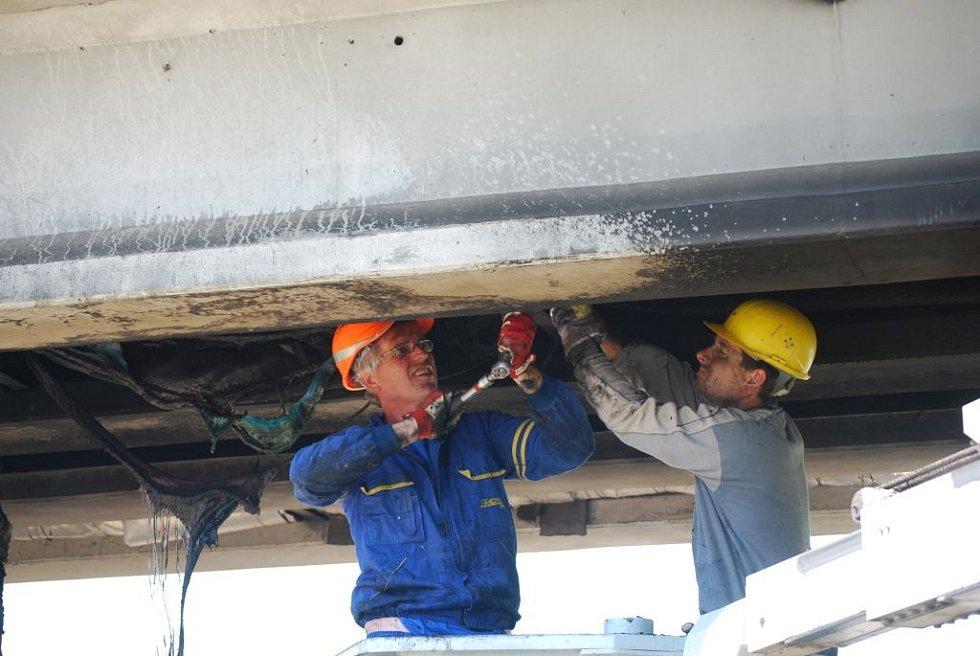 Na odstraňování následků požáru, který v pátek večer poničil lávku U Loděnice, začali pracovat od sobotního rána pracovníci tří firem. Na místo dorazil také statik, který má posoudit rozsah poškození.