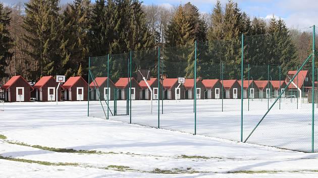 Dětský tábor v Čekyni navštěvuje až tisícovka dětí ročně - město ale zjistilo, že jedna z budov nemá platné povolení.