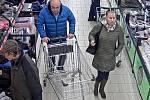 Přerovští policisté pátrají po dvou osobách, které se pohybovaly v době krádeže v marketu Lidl v Přerově.