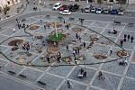 Centrální Masarykovo náměstí v Přerově zdobí přírodní koberec - jeho hlavním motivem je letos třicáté výročí sametové revoluce - proto má tvar srdce.