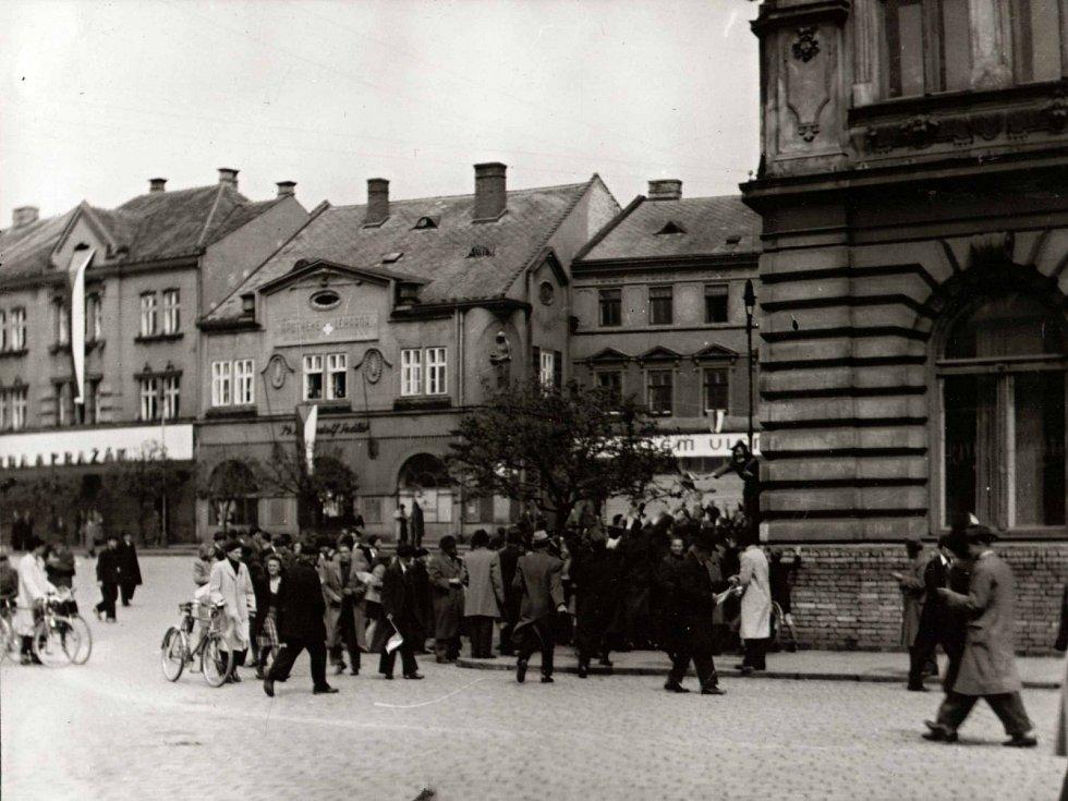 Shromáždění lidu v dopoledních hodinách na dolním náměstí 1. 5. 1945