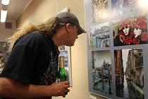 Nevšední výstavu fotografií můžou zhlédnout od soboty návštěvníci Galerie Konírna v Lipníku nad Bečvou. Expozice s názvem Na cestě představuje průřez tvorbou fotografa Pavla Motana.