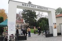 Městský hřbitov v Přerově je kvůli dušičkám v těchto dnech doslova v obležení návštěvníků. Až do 2. listopadu budou jeho brány otevřené až do 20 hodin.