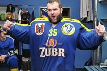 Gólman Martin Vojtek. Přerovští hokejisté slaví v domovské Meo Aréně postup do první ligy