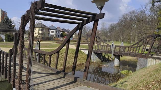 Dřevěné mostky do parku Michalov jsou poničené hnilobou.