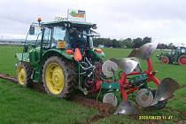 Dva zástupci ČR soutěžili na ME v orbě v Irsku. Jednou z disciplín byla orba louky. Na snímku ji provádí ve svém traktoru Petr Duben.