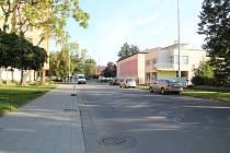 Pohodlná trasa pro cyklisty, která by propojila ulice Šířava a Svisle a pokračovala dál na 9. května, chybí.