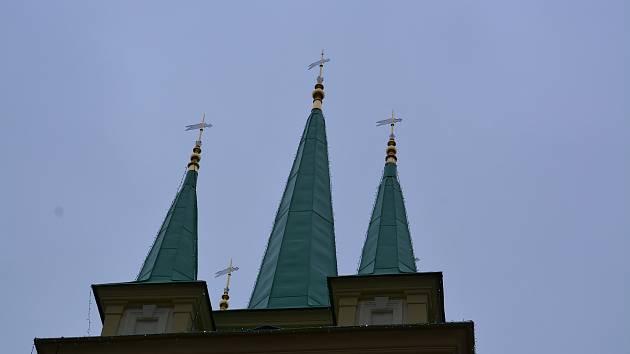 Radnici v Dřevohosticích zdobí nově pozlacené vrcholky věžiček.