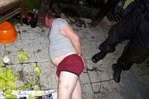 Dva opilí muži demolovali zařízení bytu své příbuzné v Přerově, pak napadli strážníky, tři zranili