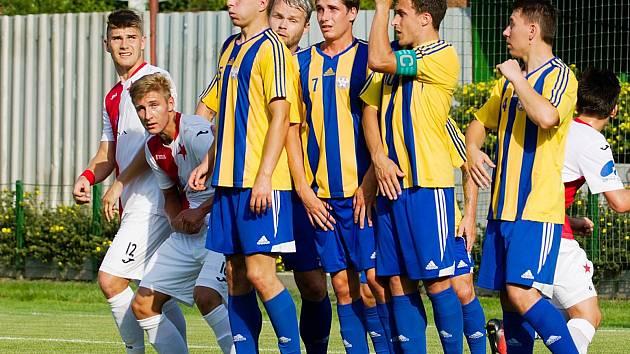Fotbalisté Kozlovic (v pruhovaném). Ilustrační foto