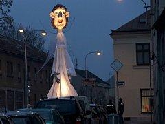 Dvanáct metrů vysoký anděl navštívil ve středu večer město Lipník. Rozzářil se společně s vánočním stromem přesně úderem 17. hodiny