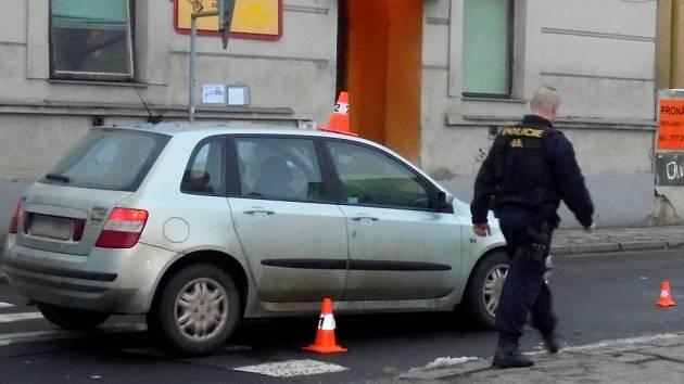 Osobní auto srazilo v pátek ráno chodkyni poblíž přerovského baru Lumír. Záchranka ji převezla do nemocnice.