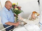 Ředitel příbramské nemocnice blahopřeje paní Jarmile k jubileu.