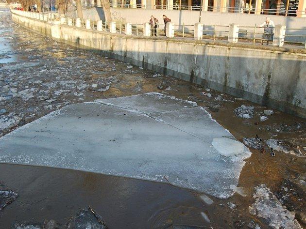 Ledové kry proplouvající Přerovem