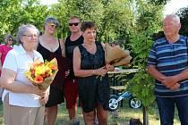 Pavlína Venclovská (vlevo) a kameraman Pavel Křížek (vpravo). V Bochoři u Přerova vzpomínali na Františka Venclovského, prvního českého přemožitele kanálu La Manche. 19. června 2021