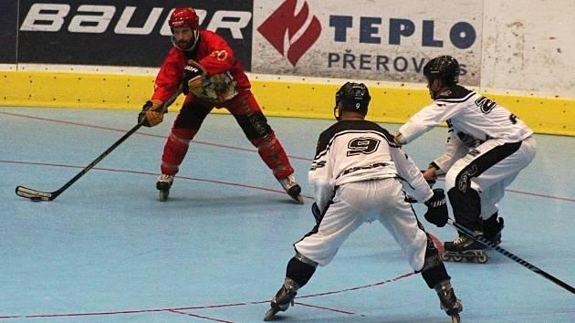 Inline hokejisté Přerova (v červeném) proti Prague Rats. Pavel Hanák