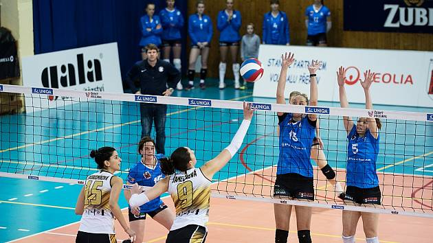 Volejbalistky Přerova (v modrém) proti VK Šelmy Brno.