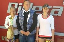 Přerovská tenisová naděje Hana Pektorová (vlevo) se stala krajskou přebornicí. Na snímku s viceprezidentem Českého tenisového svazu Martinem Hynkem