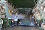 Obrovský letoun Antonov Ruslan přistál na přerovském letišti v Bochoři, přepravil tři vrtulníky.
