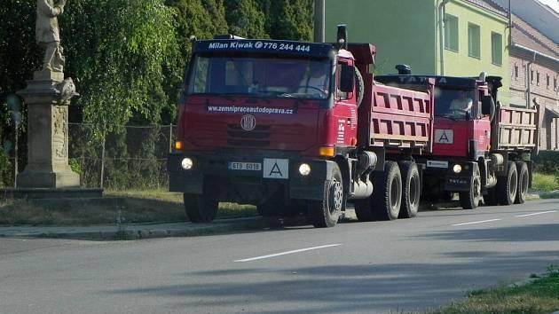 Kamiony ničí obcím chodníky, foto je z minulého týdne v Tučíně