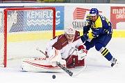 Hokejisté HC Zubr Přerov (v modrém) proti Frýdku-Místku (1:3). Karel Plášek vs. Jan Strmeň.