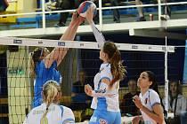 Volejbalistky Přerova (v modrém) ve třetím zápase čtvrtfinále play-off extraligy proti Prostějovu. Foto: Deník/Jan Pořízek