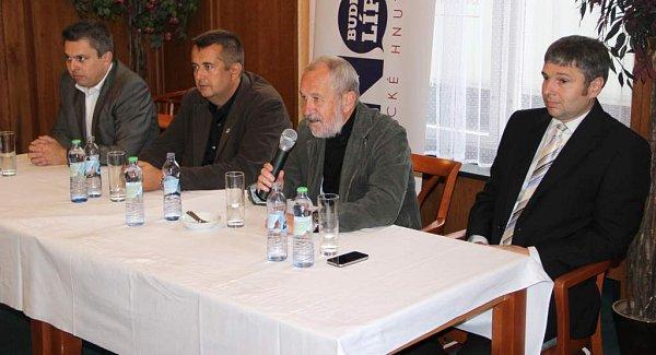 Zleva Petr Hermély, Petr Vrána, Vladimír Puchalský a Radek Pospíšilík představili na tiskové konferenci novou přerovskou koalici.