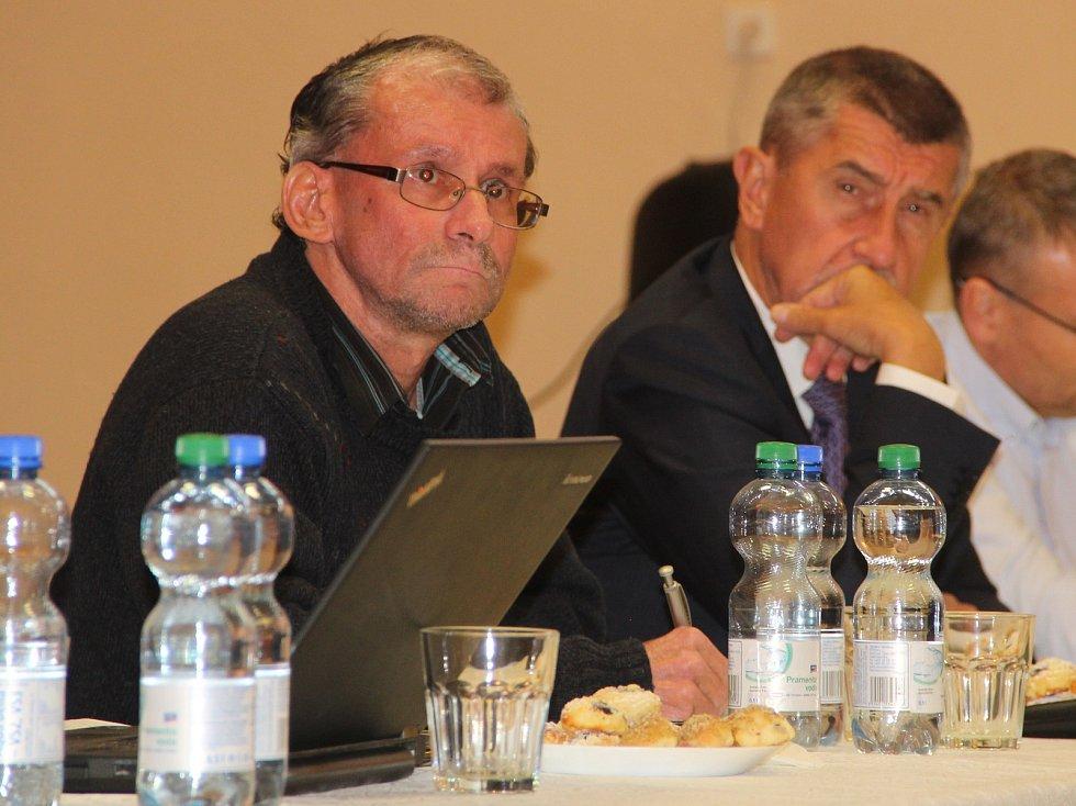Šéf ekologické organizace Děti Země Miroslav Patrik (vlevo). Setkání občanů Dluhonic s premiérem Andrejem Babišem kvůli stavbě D1, listopad 2018