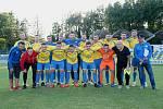 Fotbalisté FK Kozlovice (ve žlutém) proti 1. FC Viktorie Přerov